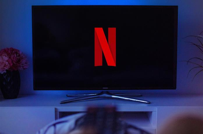 Il logo di Netflix sullo schermo di un televisore