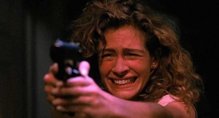 Julia Roberts con una pistola in mano in A letto con il nemico