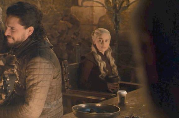 Il celebre frame di Game of Thrones che mostra la tazza di caffè dimenticata in scena