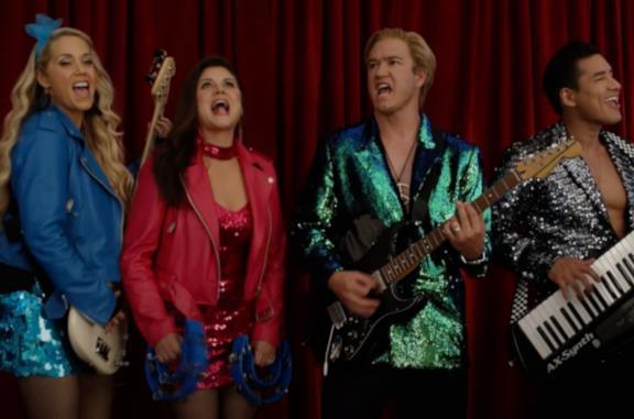 Il cast nel revival di Bayside School canta