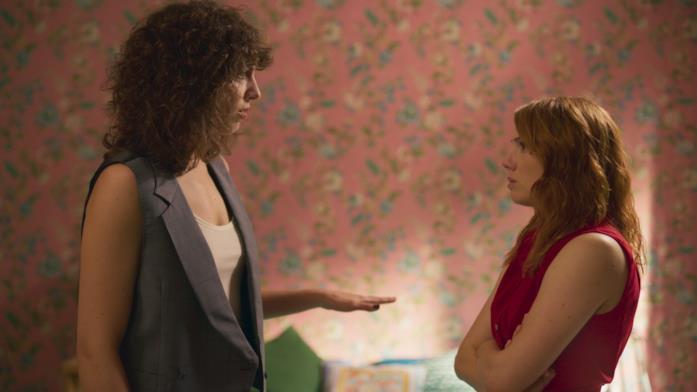 Una scena tra Lola e Valeria in Valeria