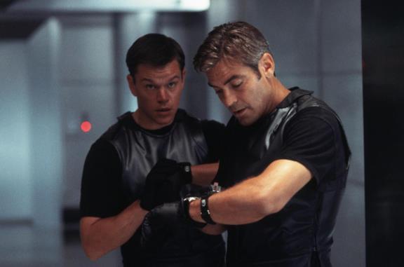 George Clooney e Matt Damon in una scena di Ocean's Eleven - Fate il vostro gioco