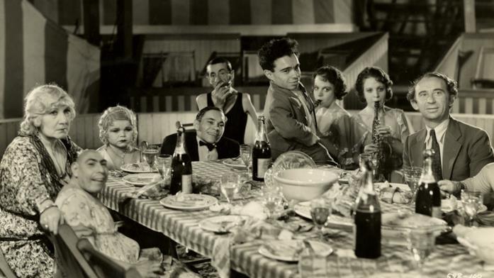 Alcuni dei freaks del circo riuniti attorno ad un tavolo