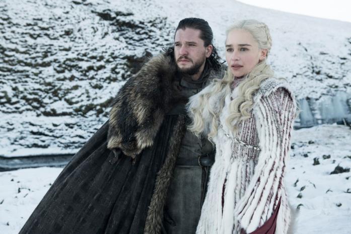Kit Harington ed Emilia Clarke in Game of Thrones 8x01