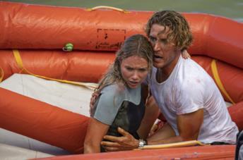 Katrina Bowden e Aaron Jakubenko in una scena del film Great White