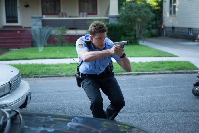 Bradley Cooper poliziotto in azione in una scena di Come un tuono