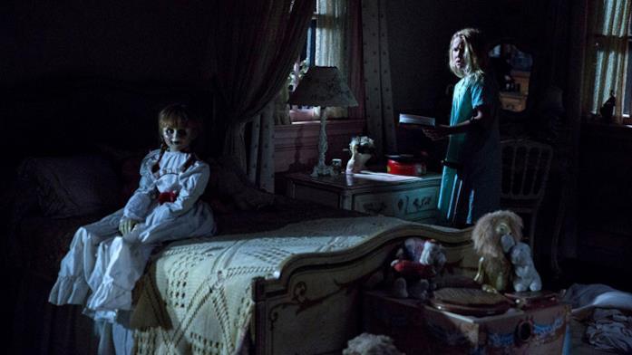 Janice nella camera da letto con la bambola in una scena di Annabelle: Creation
