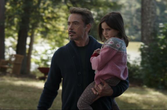 Tony Stark (sinistra) con in braccio sua figlia Morgan (destra)