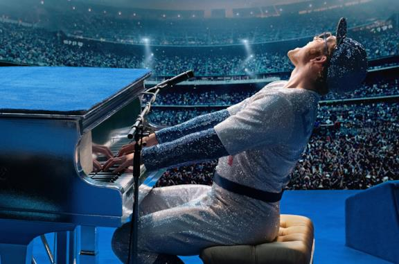 Elton John (interpretato da Taron Egerton) suona il pianoforte per un vasto pubblico