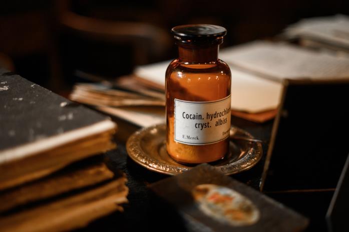 La boccetta di vetro di cocaina sulla scrivania di Freud