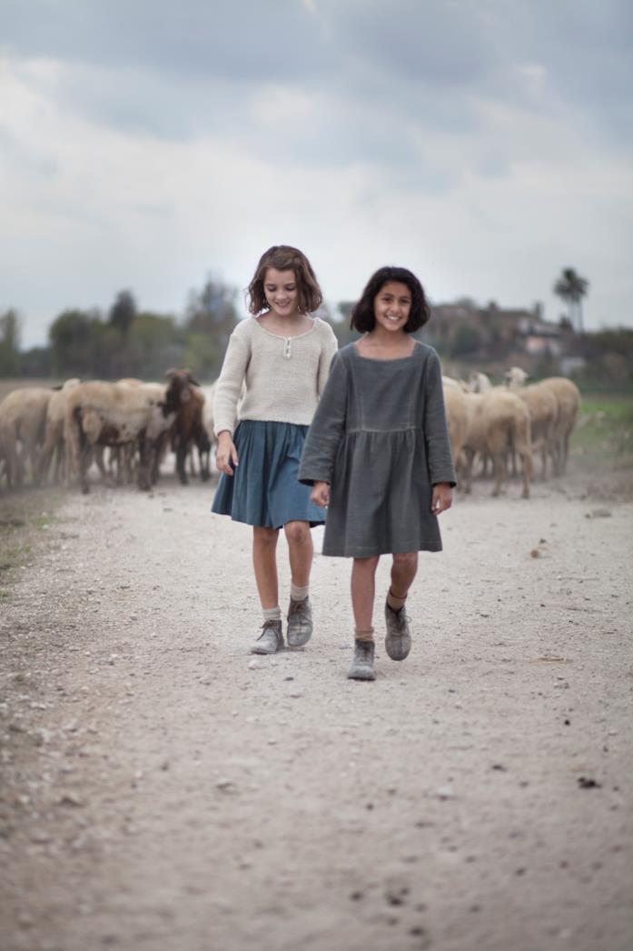 Lila e Lenù camminano verso il mare