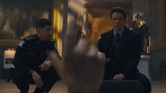 Robert Langdon osserva la mano mozzata di Peter Solomon in Dan Brown's The Lost Symbol