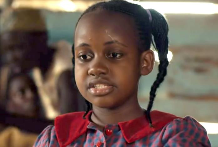 Nikita Pearl Waligwa in una scena del film Queen of Katwe