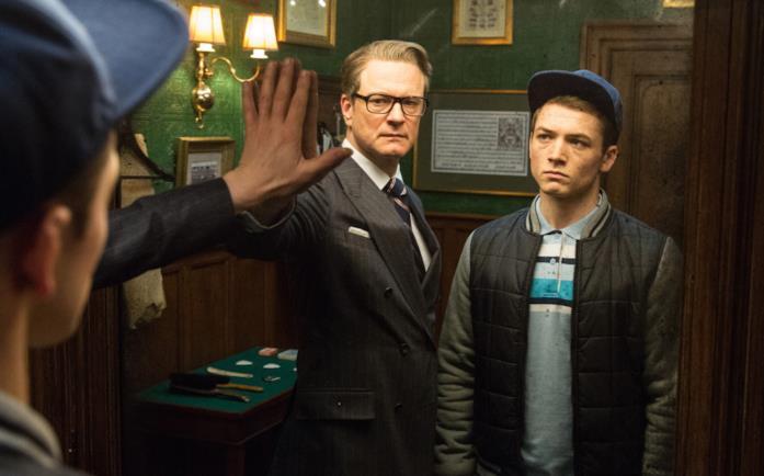 Colin Firth e Taron Egerton in una scena di Kingsman