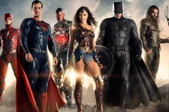 La Justice League in posa, su un terreno brullo e fumoso, con il sole alle spalle