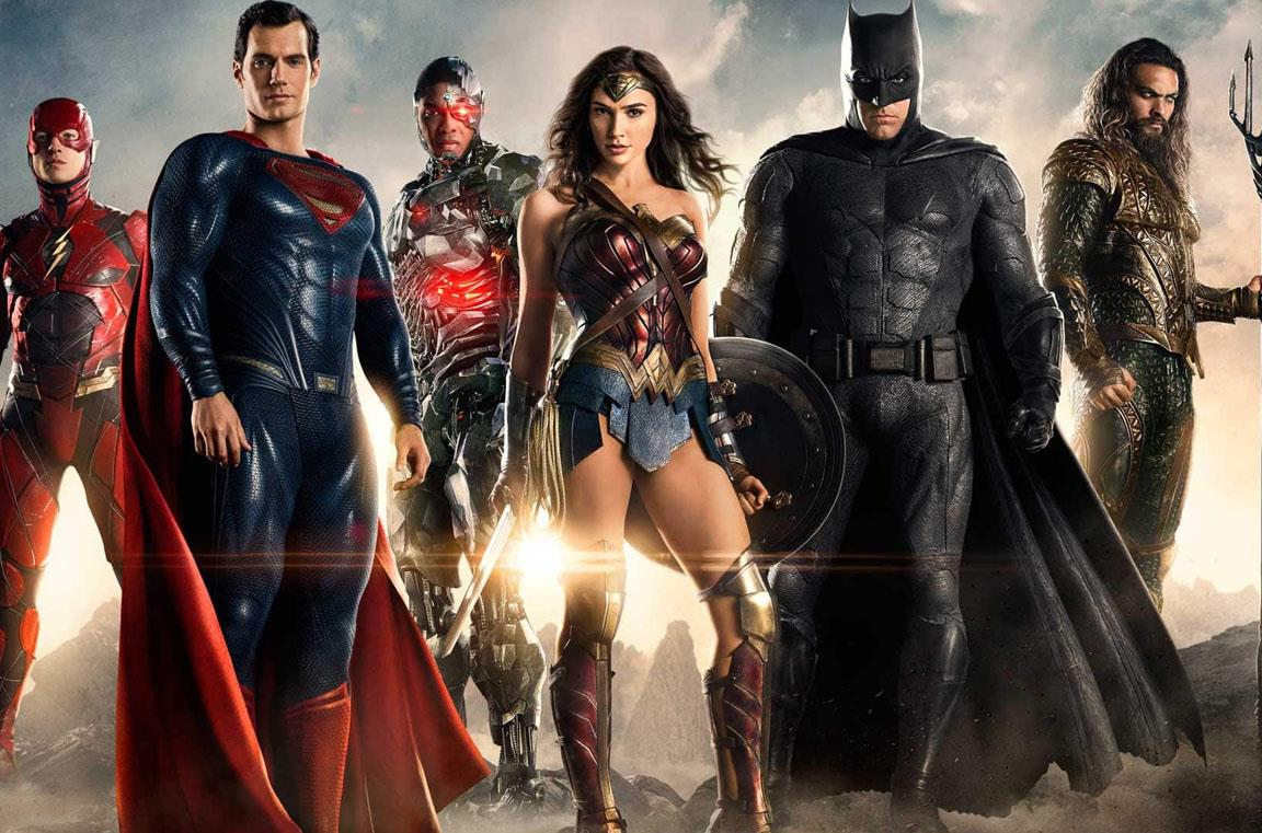 La Justice League in posa, su un terreno brullo e fumoso, con il sole alle spalle