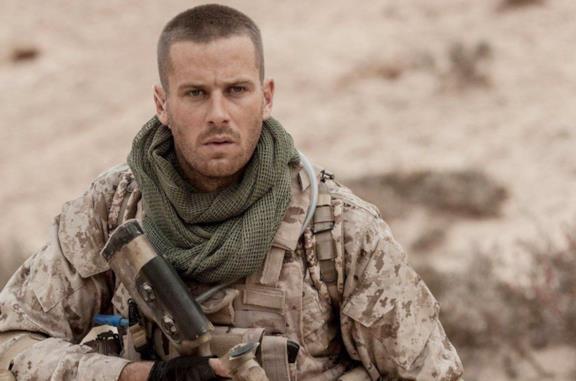 Armie Hammer è il soldato Mike Stevens, bloccato su una mina