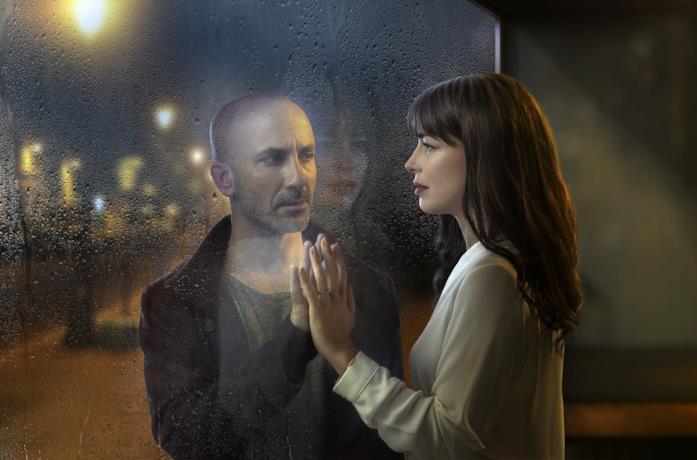 Eli Ben-David e Héloïse Godet in una scena della serie The Attaché