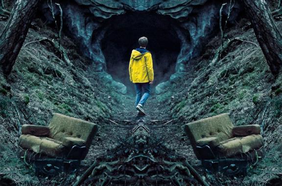 Jonas Kahnwald davanti alla grotta di Winden