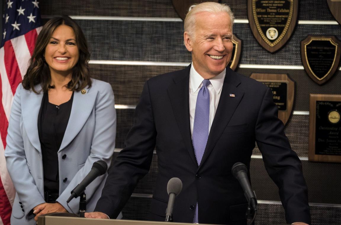 Mariska Hargitay e Joe Biden in un episodio di Law & Order SVU