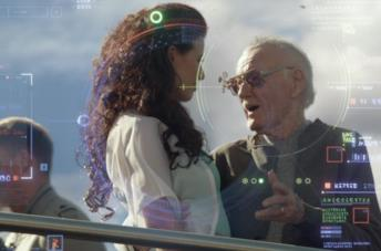 Stan Lee parla con una ragazza