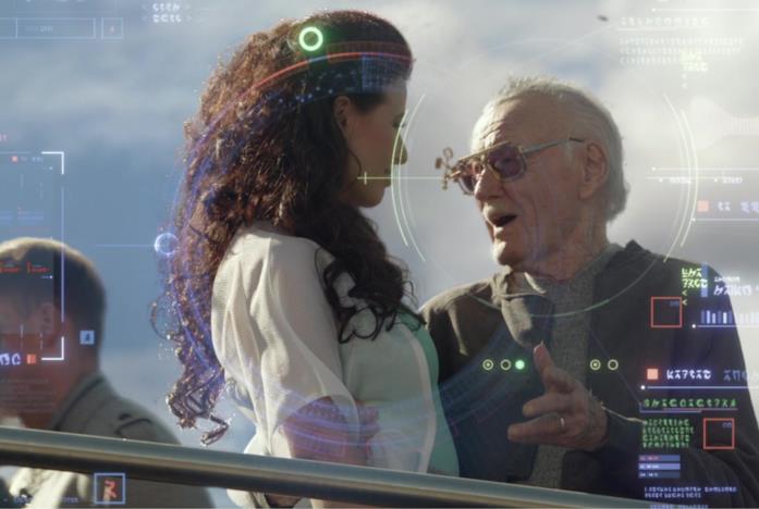 Stan Lee parla con una ragazza