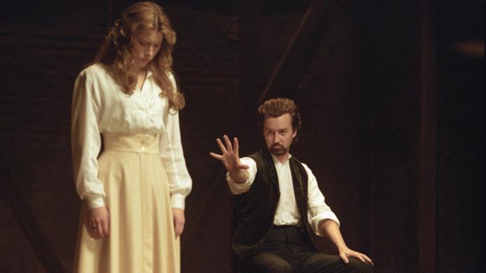 Il fantasma di Sophie compare sul palco, evocato da Eduard