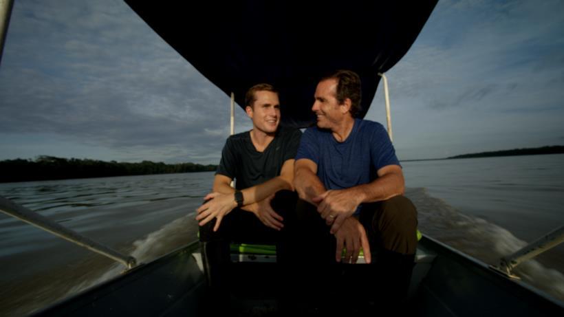 Un'immagine in cui Bob e Mack sono seduti fianco a fianco su un'imbarcazione
