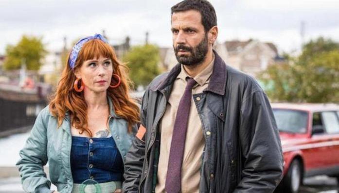 Morgane e l'agente Karadec in una scena della serie TV