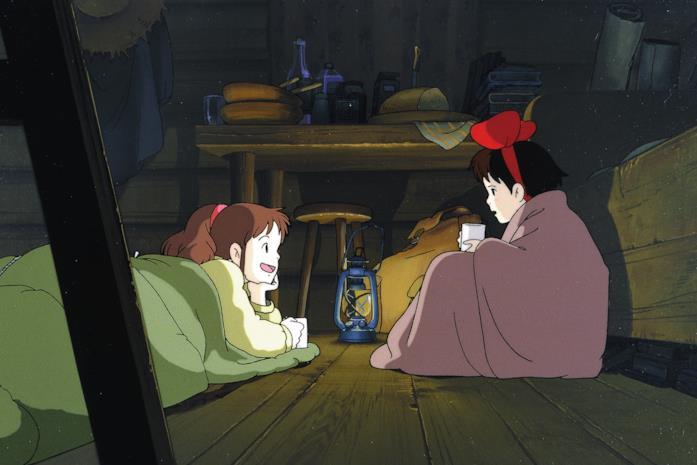 Kiki e Ursula chiaccherano a notte fonda, alla luce di una lampada a olio