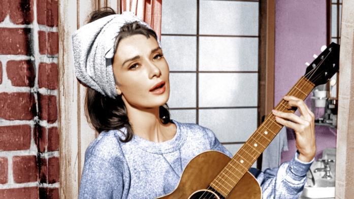 Audrey Hepburn in una scena di Colazione da Tiffany