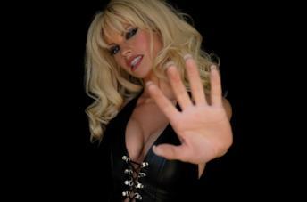 Lily James in una foto promozionale della serie limitata Pam & Tommy