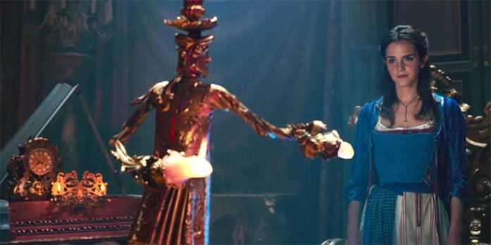Il candelabro Lumière e Belle (Emma Watson) in una scena del film