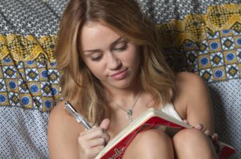Miley Cyrus in una scena del film LOL - Pazza del mio migliore amico