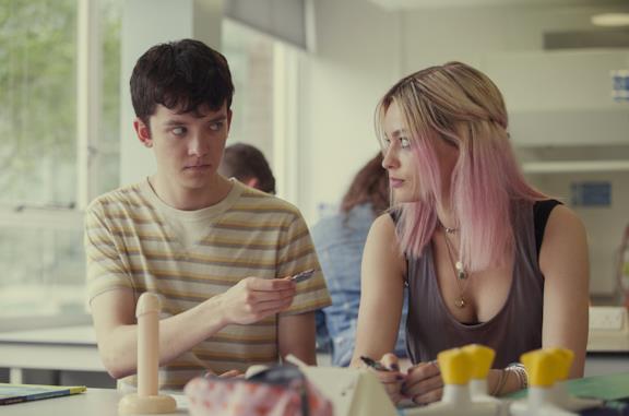 Otis e Maeve in una scena della prima stagione