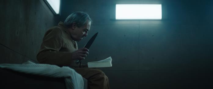 Trimagasi legge un libro brandendo il suo coltello