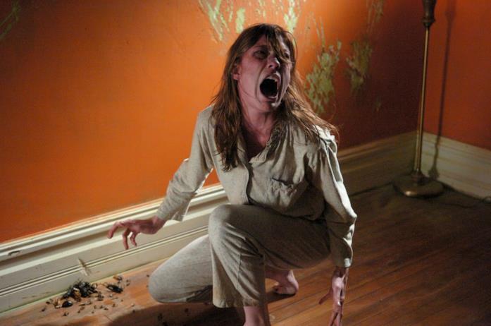 Emily Rose durante un attacco di possessione demoniaca graffia i muri