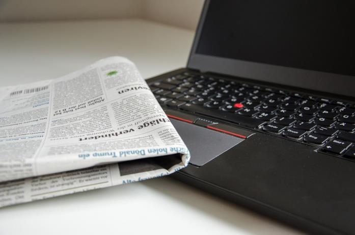 Un giornale e un laptop