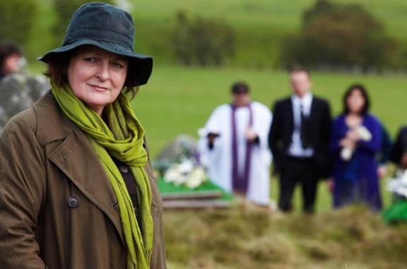 Brenda Blethyn in una scena della serie TV Vera