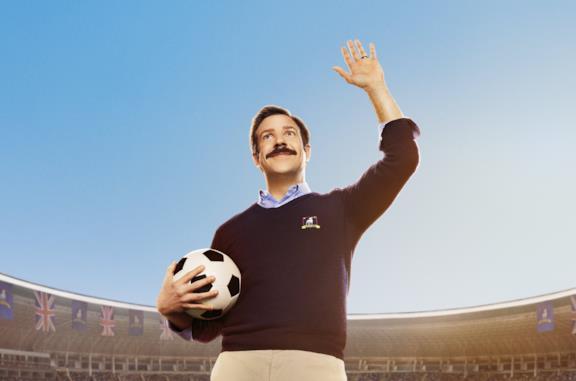 Jason Sudeikis con un pallone di calcio in mano