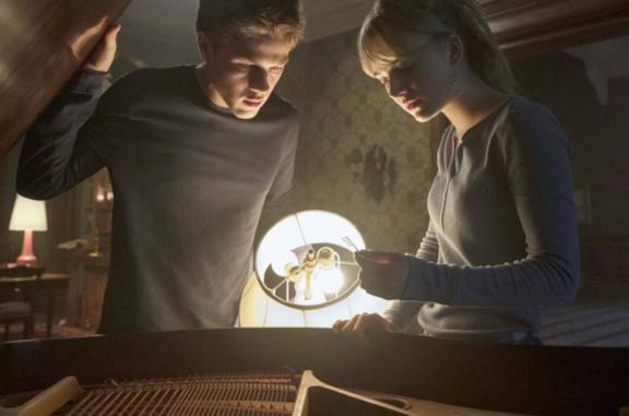 Connor Jessup ed Emilia Jones in Locke & Key