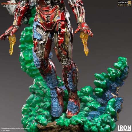 Iron Man si solleva dal fumo verde