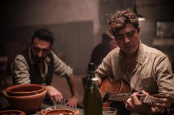 Riccardo Scamarcio suona la chitarra