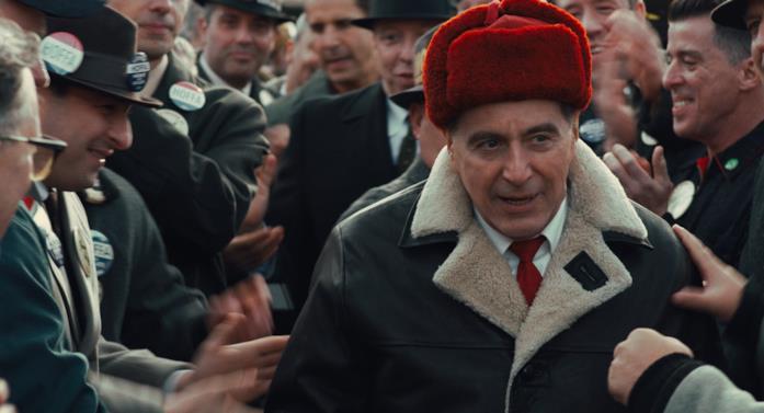 Al Pacino circondato dalla folla in una scena di The Irishman