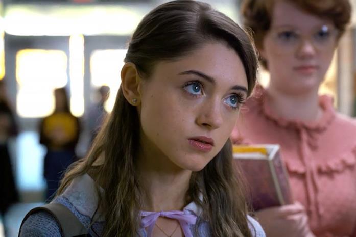 Natalia Dyer nel ruolo di Nancy a scuola, con Barb sullo sfondo