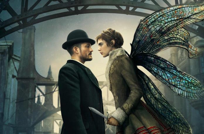 Orlando Bloom e Cara Delevingne in una foto promozionale di Carnival Row