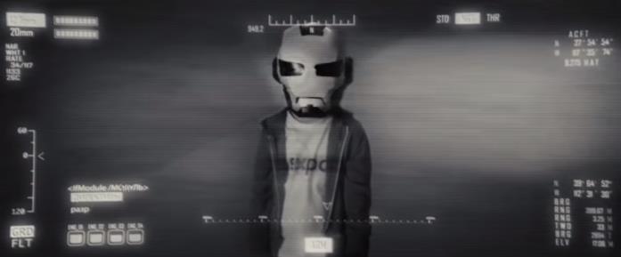 Screen della pellicola Iron Man 2 con un bambino che indossa la maschera di Iron Man