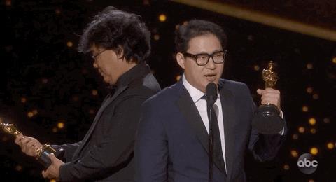 Bong Joon-ho osserva stupito l'Oscar