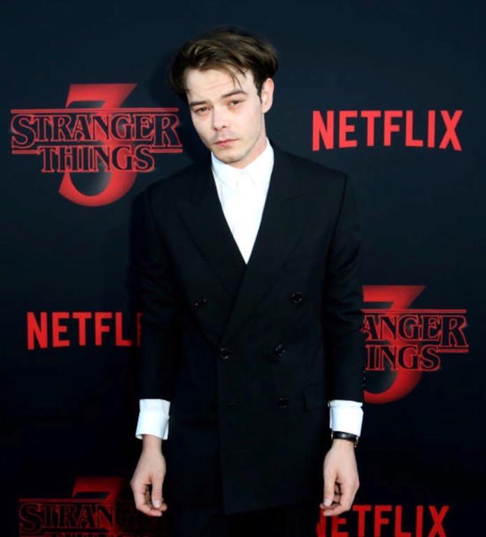Charlie Heaton in abito elegante alla premiere di Stranger Things 3