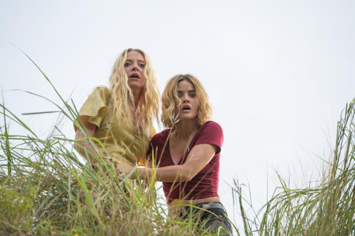 Portia Doubleday e Lucy Hale in una scena del film Fantasy Island
